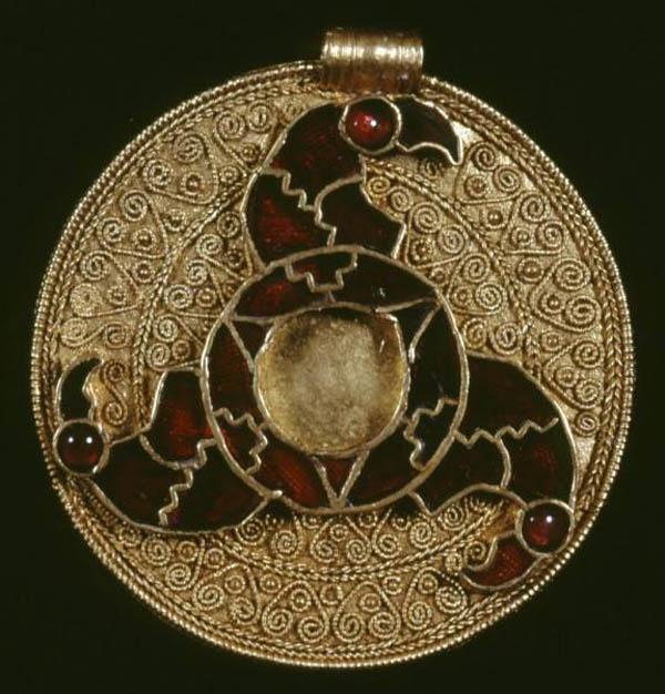 anglo-saksonskaya-podveska-700-g-n-e