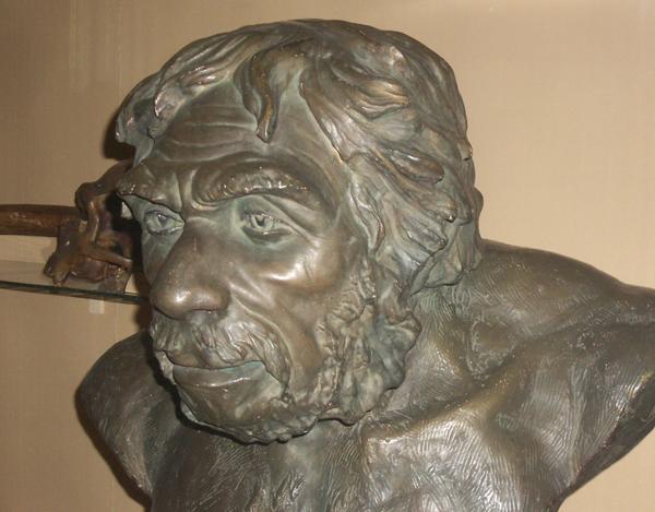 Неандерталец из Ля-шапель-о-сен. Скульптор Герасимов. Биологический музей