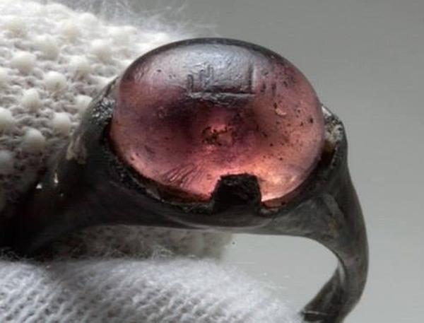 "Кольцо викинга IX века с надписью ""Во-имя-Аллаха"". Швеция."