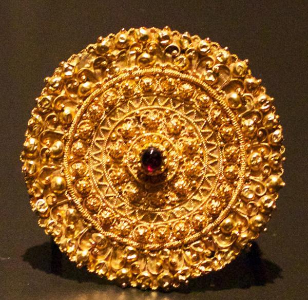 золот.брош, филигрань-рубин-5 века до н. Э.